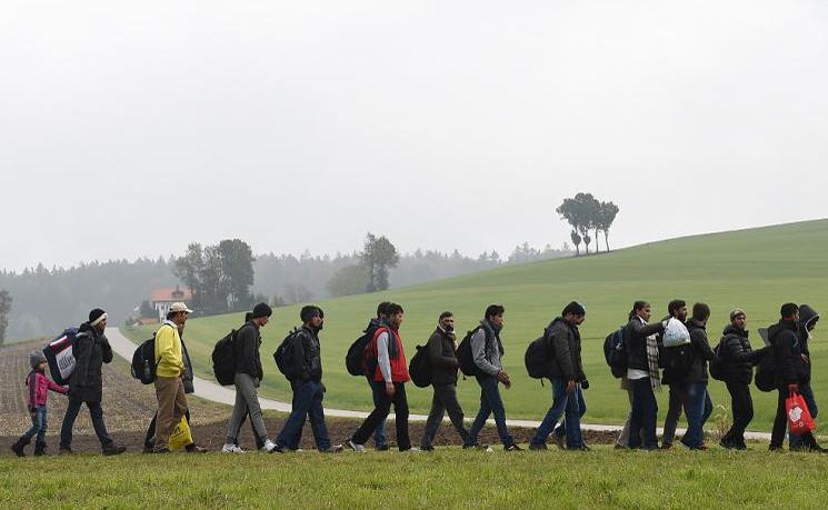 Migrantes a caminho da Alemanha pela fronteira austro-germânica até o posto da pequena aldeia bávara de Wegscheid, no sul da Alemanha