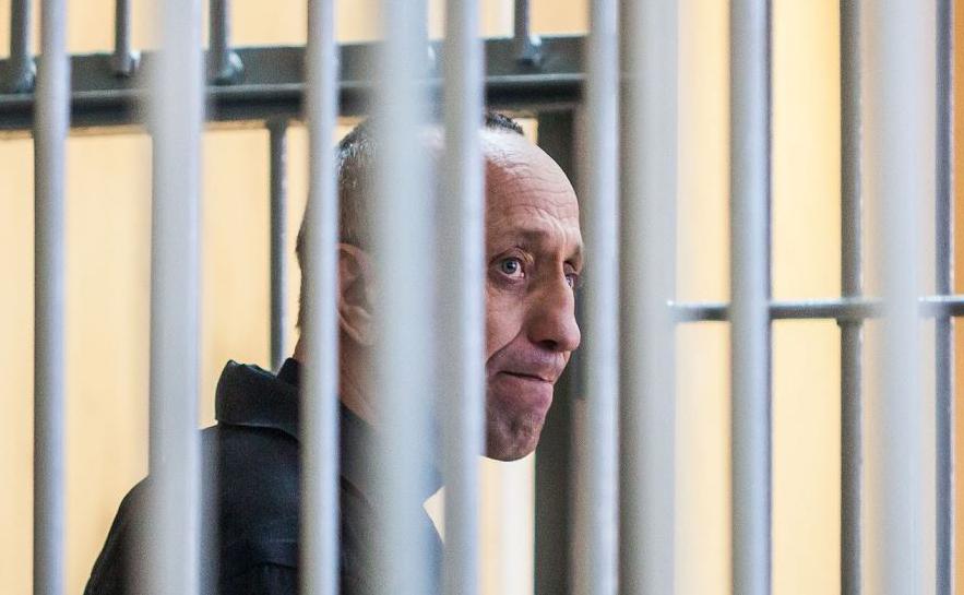 Mikhail Popkov durante uma audiência judicial em Irkutsk. O ex-policial siberiano estuprou e matou dezenas demulheres depois de oferecer-lhes passeios noturnos, sendo considerado um dos maiores assassinos em série da Rússia.