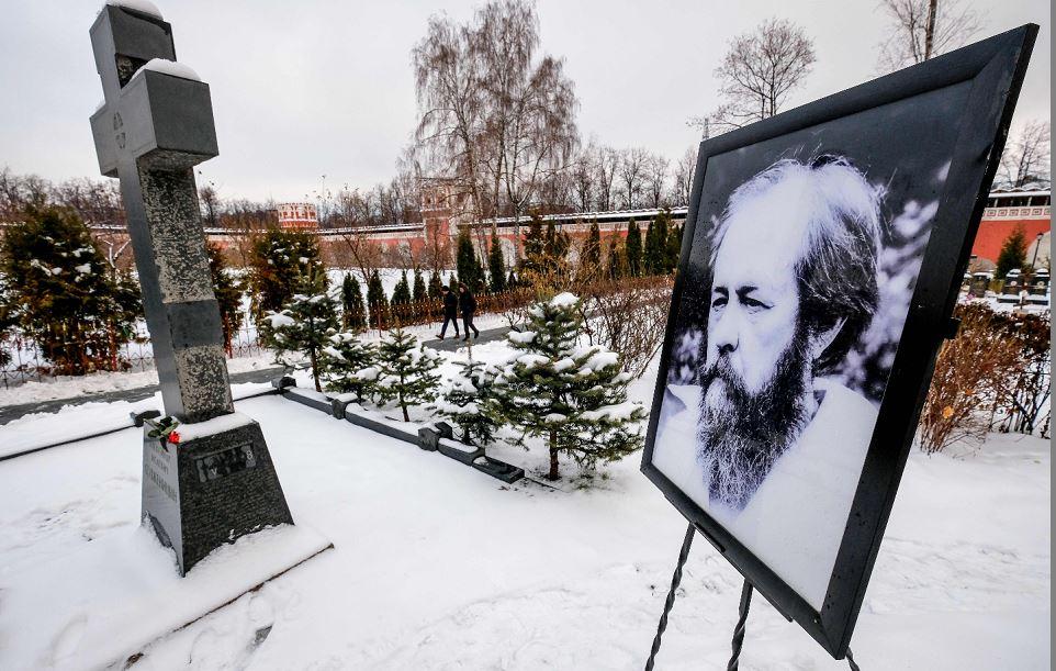 Túmulo do escritor e dissidente russo Alexander Solzhenitsyn no mosteiro Donskoy do cemitério de Moscou.