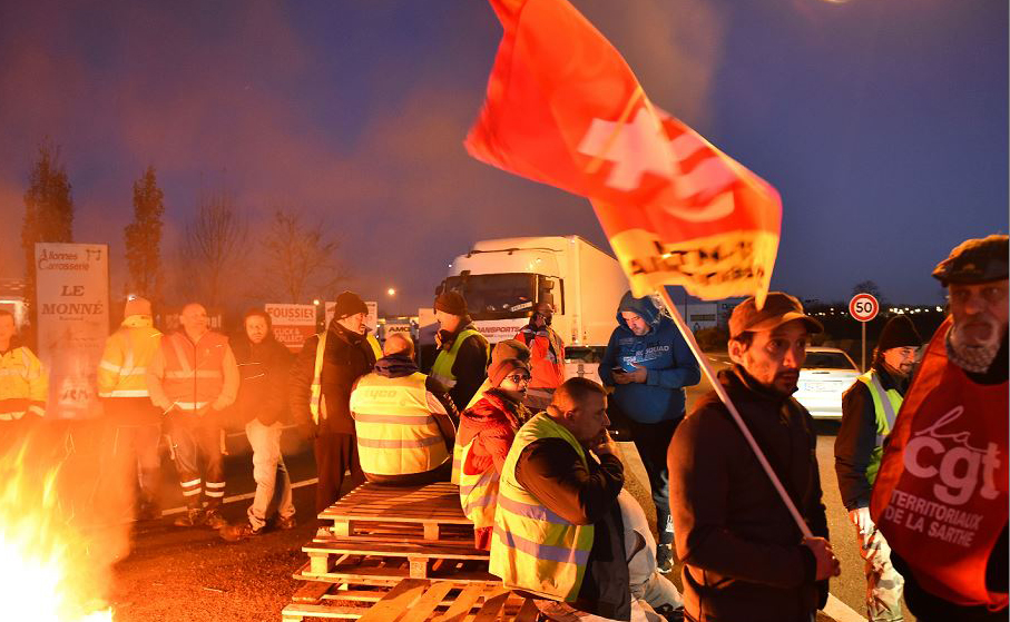 """Manifestantes de """"Coletes amarelos"""" (gilets jaunes) bloqueiam o acesso à 'Carrefour Supply Chain', o centro regional de logística do grupo Carrefour e o armazém de cinco transportadoras rodoviários."""