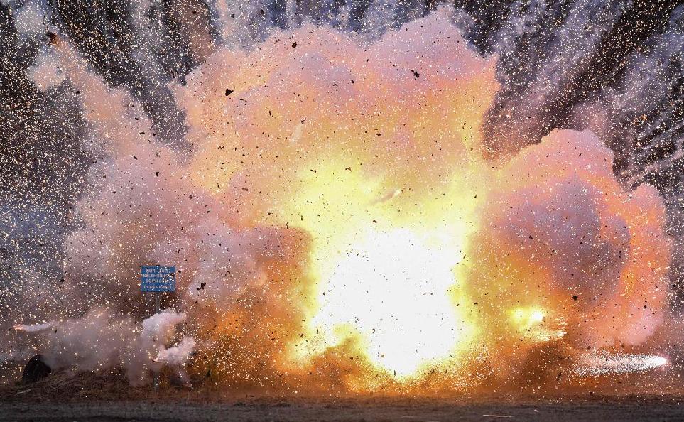 Fogos de artifício ilegais foram detonados em uma explosão controlada em Weisskeissel, na Alemanha Oriental, perto da fronteira polonesa.