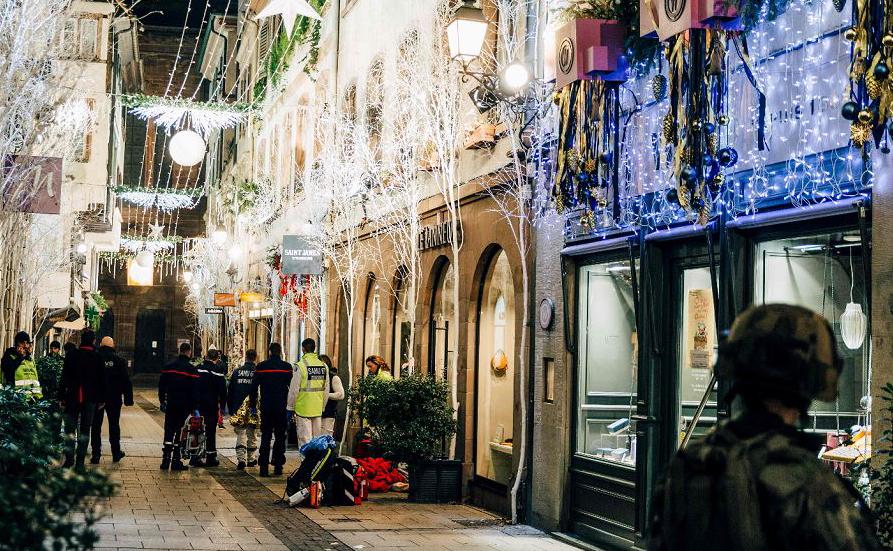 Polícia vistoria a área do Mercado de Natal em Estrasburgo após um tiroteio que matou três  pessoas e feriu outras 12 . A  Polícia lançou uma caça ao homem, após o assassino abrir fogo por volta das 19:00 de ontem e fugir.