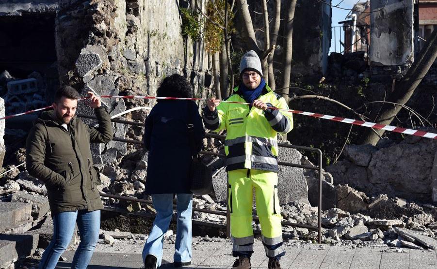 A defesa civil avalia um edifício danificado em Zafferana Etnea, perto de Catania após um terremoto de 4,8 graus de magnitude atingir a área em torno do vulcão mais ativo de Europa, o  Monte Etna