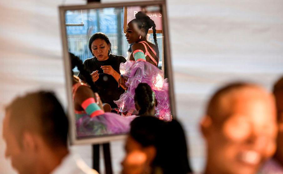 """Dançarinos colombianos de salsa se preparam para apresentação no desfile do """"Salsodromo"""", abrindo a feira de Cali."""