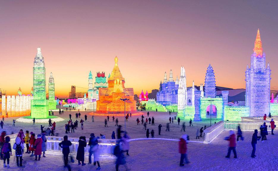 Mundo de gelo a nordeste da província de Heilongjiang de Harbin, na China. O festival Snow Sculpture terá início em 4 de janeiro e atrai centenas de milhares de visitantes anualmente