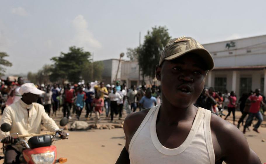 Centenas de pessoas protestam em Beni, na República Democrática do Congo, contra o adiamento das eleições gerais nesta área por causa do surto de Ebola e massacre de civis nesta área.