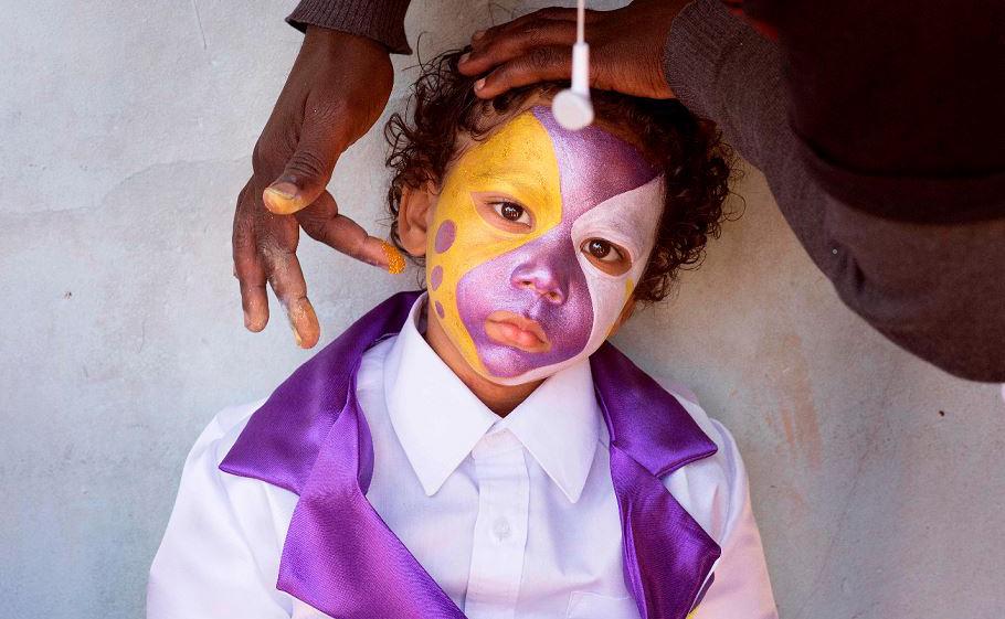 Criança é maquiada para participar da parada Tweede Nuwe Jaar (segundo ano novo) na Cidade do Cabo, no bloco Distrito 6 em Hanover.