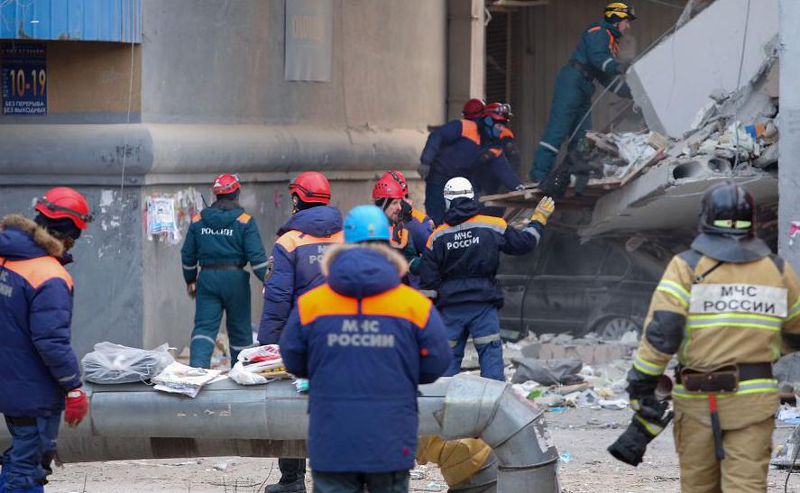 Bombeiros realizam operação de resgate, dois dias depois que uma explosão de gás quase demoliu um prédio residencial na cidade de Magnitogorsk, na Rússia. Os socorristas buscam  sobreviventes. Até agora são contabilizados 18 mortos.