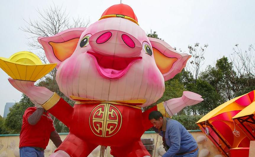 Decoração alusiva ao ano lunar do porco na província oriental de Jiangsu Nantong, na China.