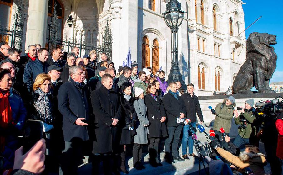 """Partidos de oposição da Hungria formam uma frente oposicionista e fazem um juramento simbólico em frente ao Parlamento em Budapeste. Eles prometem um """"ano de resistência"""" contra o primeiro ministro nacionalista-conservador, Viktor Orban"""