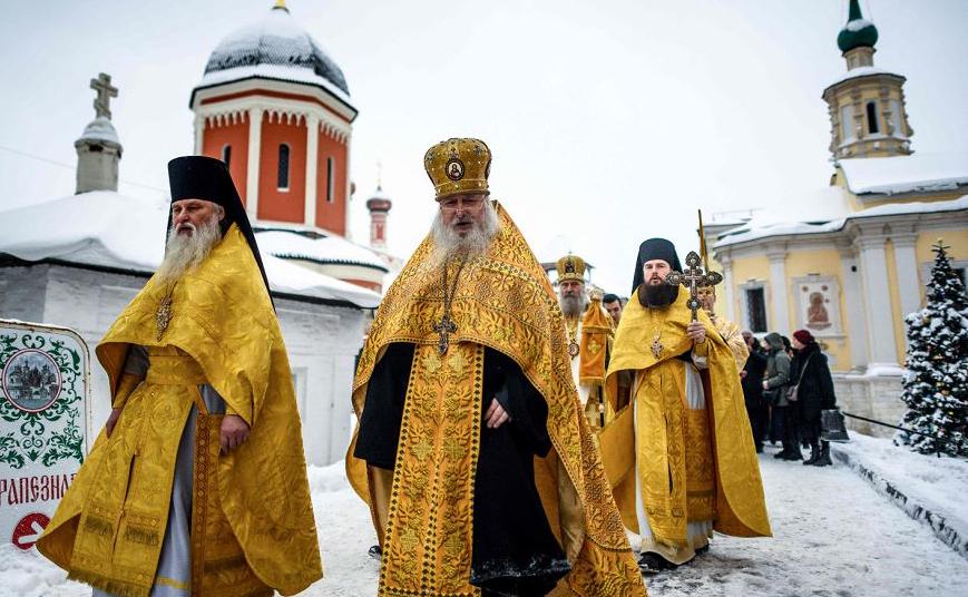 Padres ortodoxos durante uma procissão religiosa, celebrando o são Pedro de Kiev, no mosteiro de Petrovsky Vissoko em Moscou. A Igreja Ortodoxa Russa celebra o Natal de acordo com o calendário juliano em 7 de Janeiro.