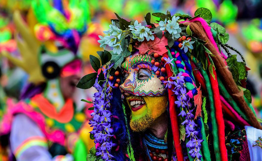 """Foliões participam do desfile """"Canto a la Tierra"""" durante o carnaval dos pretos e brancos em Pasto, na Colômbia. Mais de 10.000 artistas e  artesãos participam da festa que tem suas origens em uma mistura andina, amazonense e dos povos do Pacífico."""