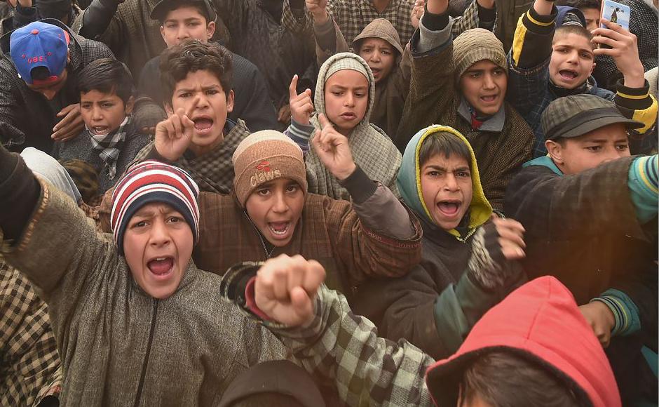 Jovens da Caxemira protestam durante o velório de dois militantes em Chursoo Awantipora, no distrito de Pulwama, ao sul de Srinagar. Três militantes foram mortos e um soldado do exército indiano ferido durante uma batalha em Gulshanpora Tral.