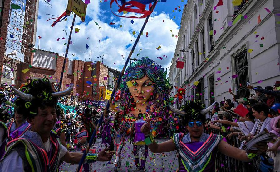 Desfile Dia Branco em Pasto, Colômbia, durante o Carnaval de negros e brancos. Mais de 10.000 pessoas participam da festa que tem suas origens em expressões culturais andinas, da Amazônia e do Pacífico.