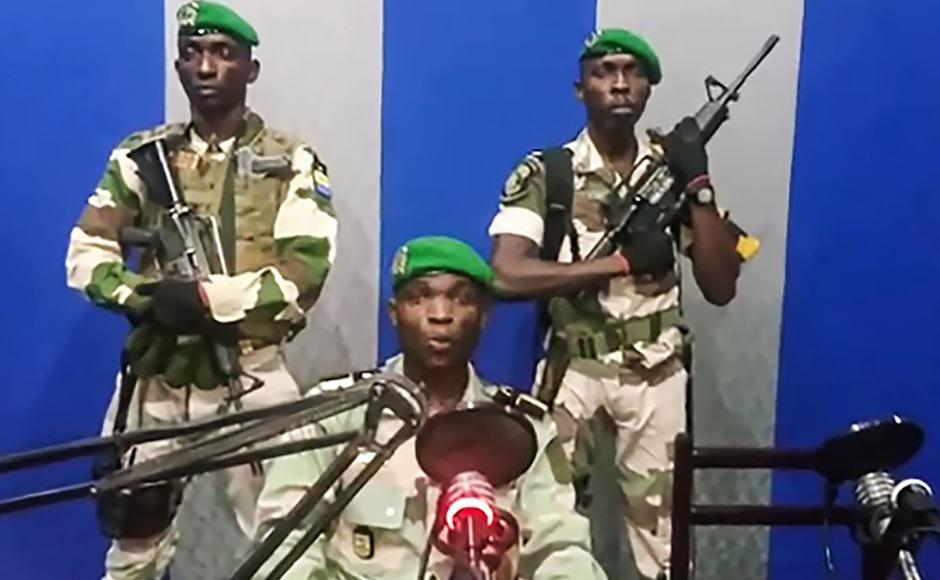 """Video do YouTube mostra soldados do Gabão na rádio estatal exortando o povo se rebelar e anunciando um  """"Conselho Nacional de restauração"""". O Presidente Ali Bongo está fora do país. A mensagem foi lida pelo comandante da guarda republican."""