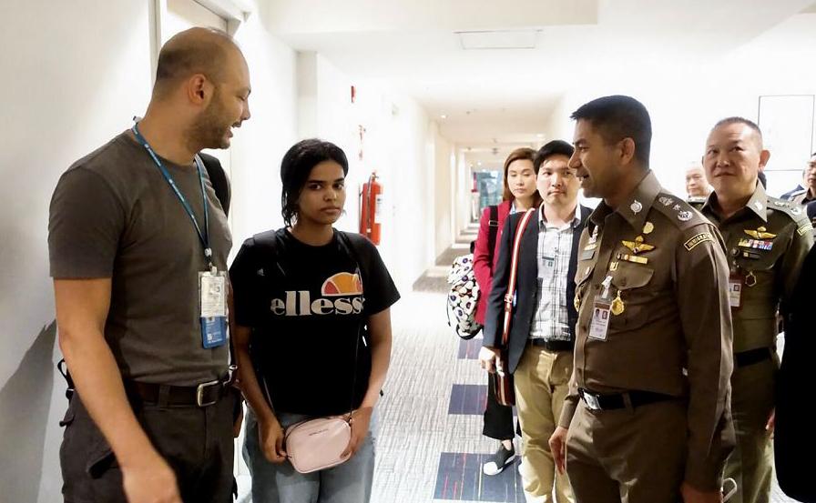 A garota saudita de 18 anos, Rahaf Mohammed al-Qanun sendo escoltada pelo oficial de imigração tailandesa e Alto Comissariado da Nações Unidas para os refugiados (ACNUR) no Aeroporto Internacional de Suvarnabhumi em Banguecoque.