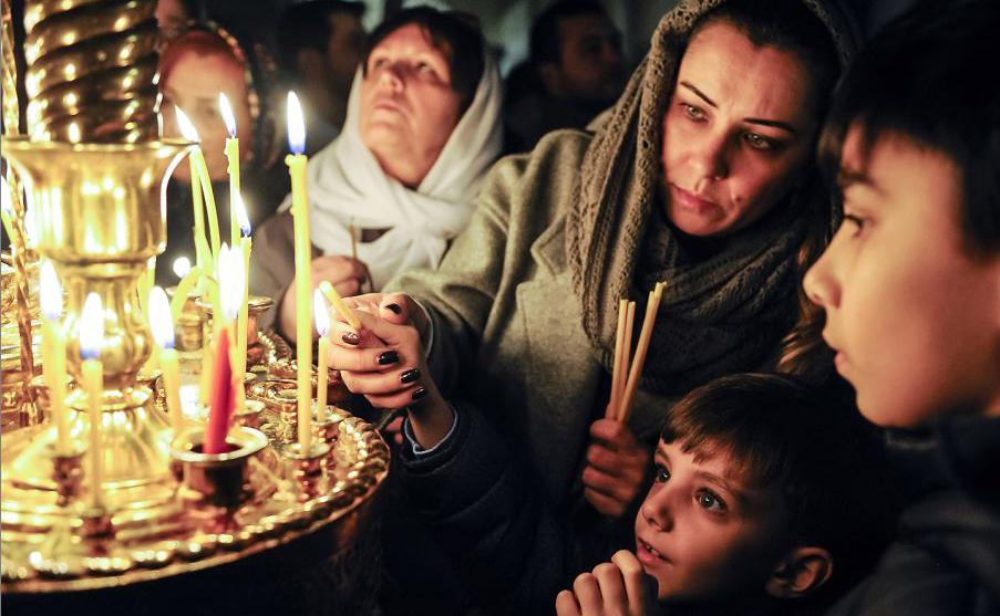 Celebração de Natal em uma Igreja em Baku. Os crentes ortodoxos celebram o Natal em 7 de janeiro. No Oriente Médio e na Rússia, as igrejas ortodoxas usam o calendário Juliano em vez do calendário Gregoriano.