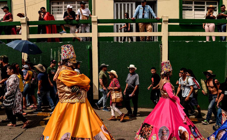 """Paradas das """"Cuadrillas"""" durante o Carnaval de demônios, em Riosucio, em Caldas, Colômbia. A festa que se realiza a cada dois anos, tem suas origens no século XIX, quando foi fundada a cidade de Riosucio."""