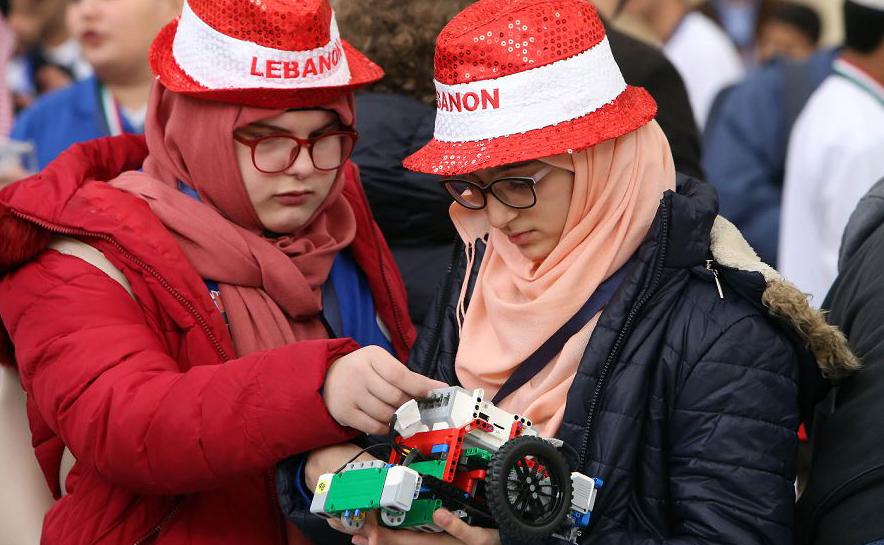 Estudantes da cidade do Kwait operam seus robôs no 12º Campeonato robótico árabe