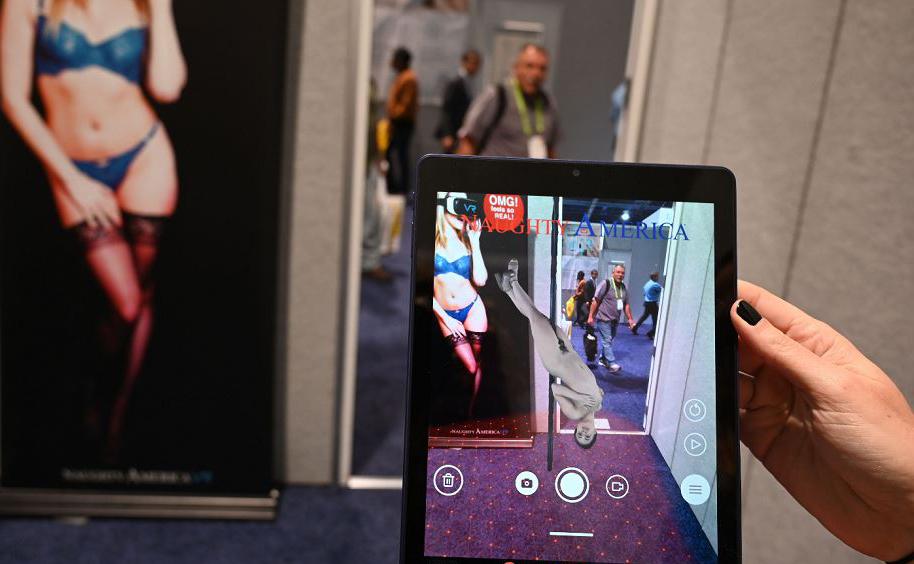 Naughty America para Android e tablets permite aos usuários a sobreposição de hologramas de strippers masculino ou feminino sobre o ambiente ao redor, é apresentado na Feira de eletrônica CES em Las Vegas, Nevada.