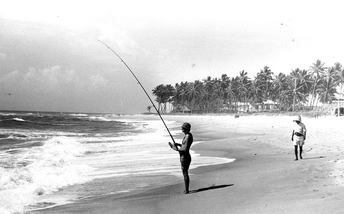 Momento de tranquilidade e pescaria em Vilas do Atlântico, em dezembro de 1993