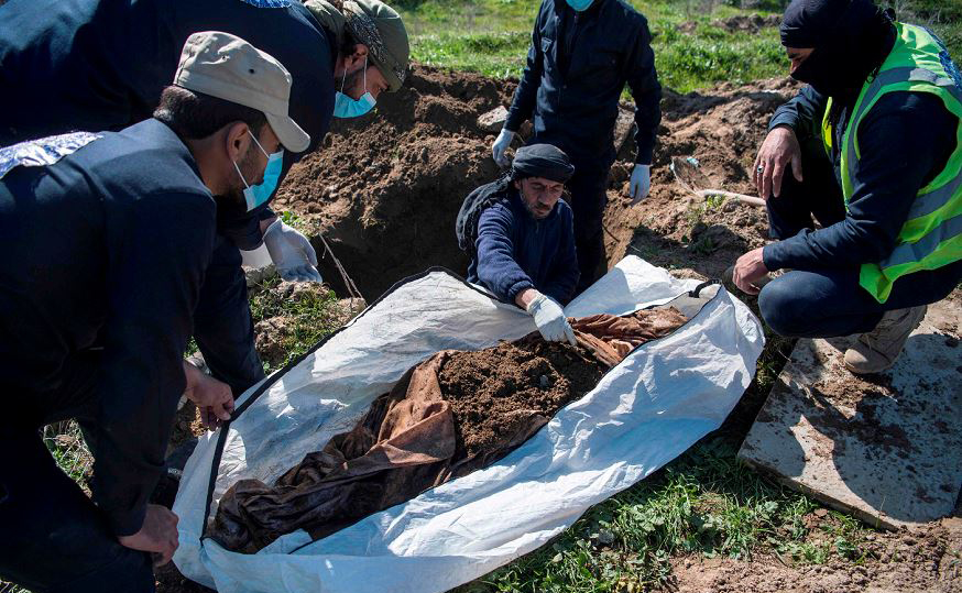 A defesa civil de Raqa, na síria escava uma vala com dois pés de profundidade, onde se encontrou o legado mais antigo, maior e mortal do Estado islâmico: a sepultura coletiva de cerca de 3.500 pessoas, no subúrbio de al-Fukheikha.
