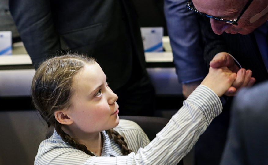 O Presidente da Comissão Européia Jean-Claude Juncker (D) saúda a ativista sueca de 16 anos Greta Thunberg (E) após a sua chegada para uma reunião da Sociedade Civil para ações sobre o clima e meio ambiente em Bruxelas.