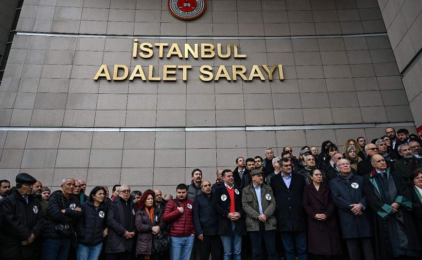 Partidários da oposição da Turquia se reúnem em frente ao Tribunal de Caglayan em Istambul, para protestar contra a prisão de jornalistas do diário Cumhuriyet sob a acusação de cumplicidade com grupos terroristas.