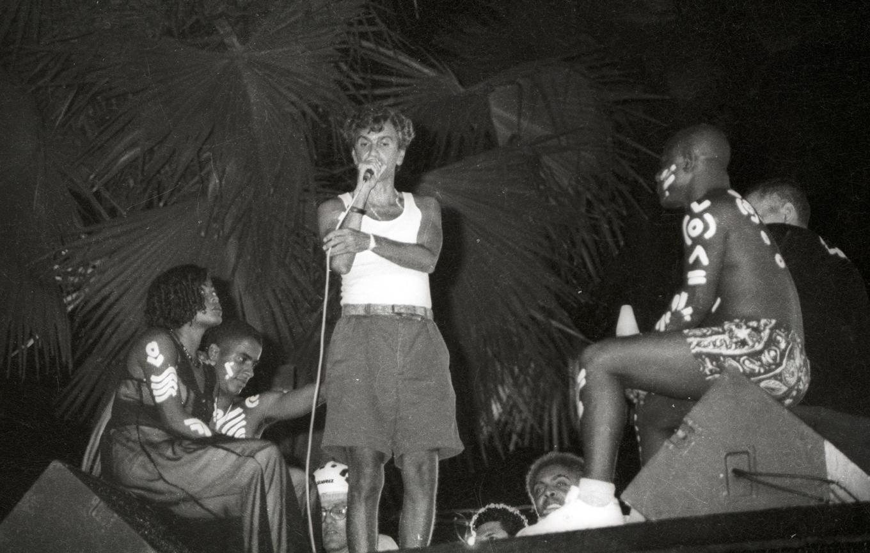 Caetano cantando com a Timbalada no Carnaval 1995