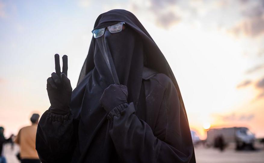 """A francesa-tunisiana Umm Yussef, 21, fala à AFP, após  deixar o Estado Islâmico e se dirigir para a organização curda Forças Democráticas da Síria (SDF). Ela pretende se juntar ao """"califado"""" e poder usar o niqab livremente."""