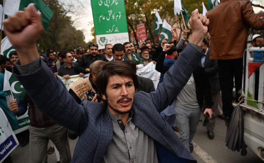 Protesto anti-Índia em Islamabad, no Paquistão. As tensões entre os países aumentaram nos dias seguintes a um ataque suicida em Caxemira que matou 41 paramilitares indianos e foi reivindicada pelo grupo islâmico Jaish-e-Mohammed (JeM), com base no Pa