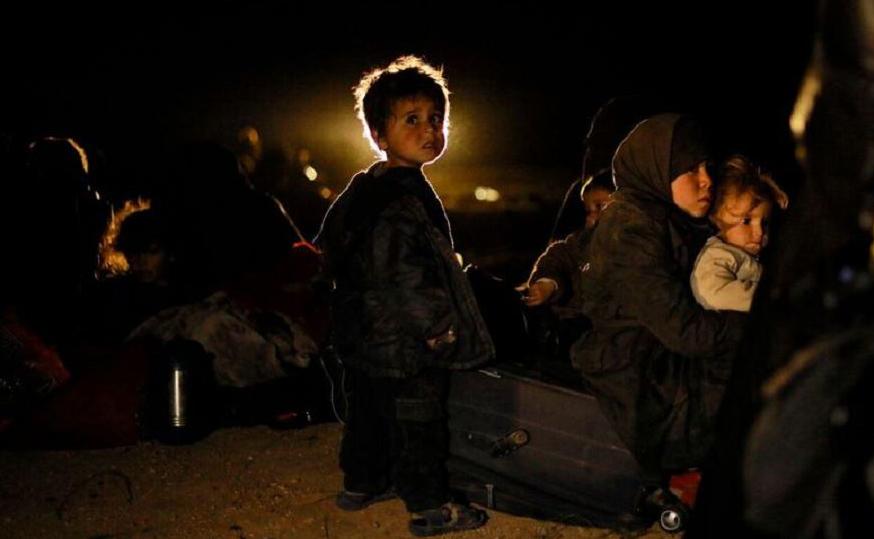 Mulheres e crianças são retiradas de Deir Ezzor, área de influência do Estado Islâmico (IS) num esforço conjunto das Forças Democráticas da Síria e do  governo norte-americano.