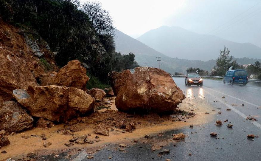 Deslizamento de terra causado por fortes chuvas e inundações, no sul da ilha grega de Creta. Um homem morreu durante a onda de frio acompanhada de ventos fortes e tempestades, que causou a interrupção de conexões pelo mar