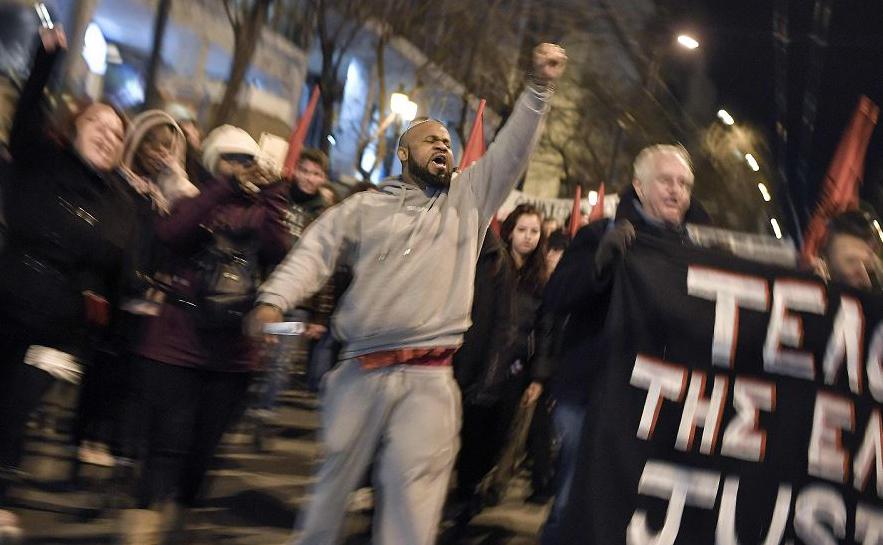 Imigrantes africanos, membros de organizações anti-racistas, protestam em frente a uma delegacia no centro de Atenas, onde um nigeriano chamado Ebuka, morreu sob custódia da polícia na semana passada.