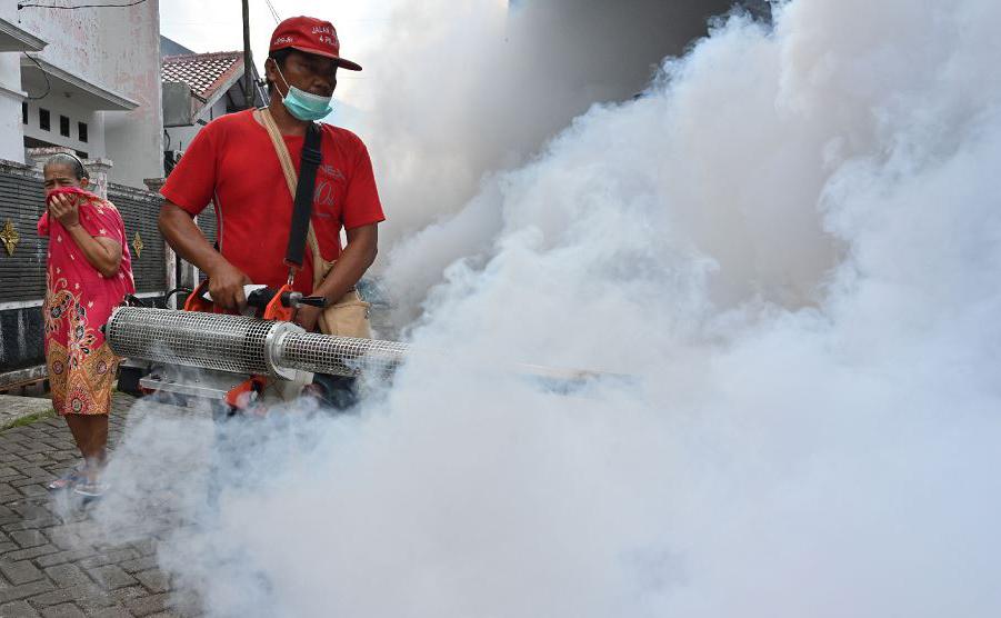 Nebulização contra a dengue em Tangerang, Banten, na Indonésia.