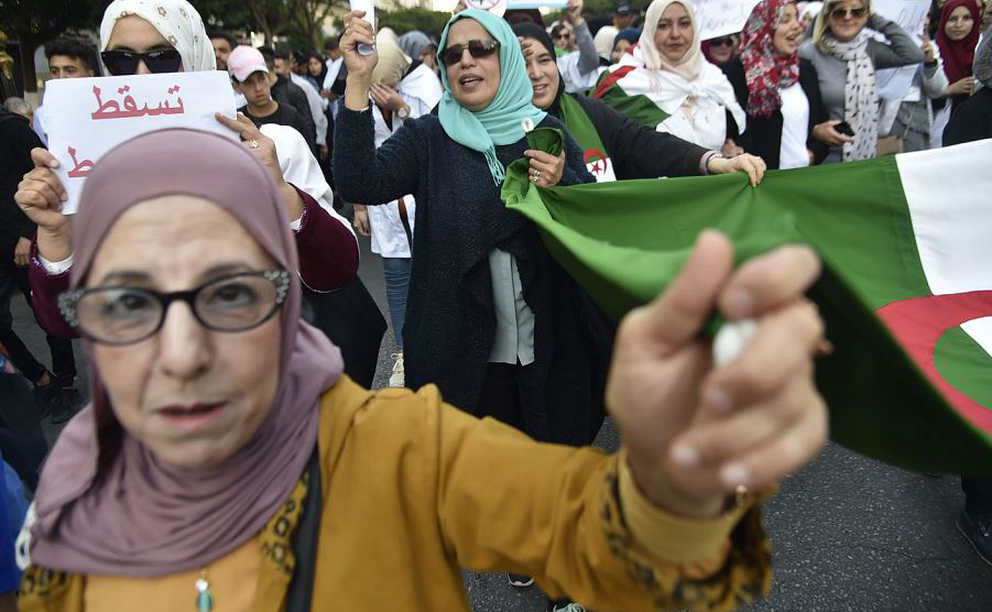 Professoras da Argélia protestam em Argel contra a candidatura do Presidente Abdelaziz Bouteflika que tenta se reeleger pela 5ª vez, num reinado de duas décadas.