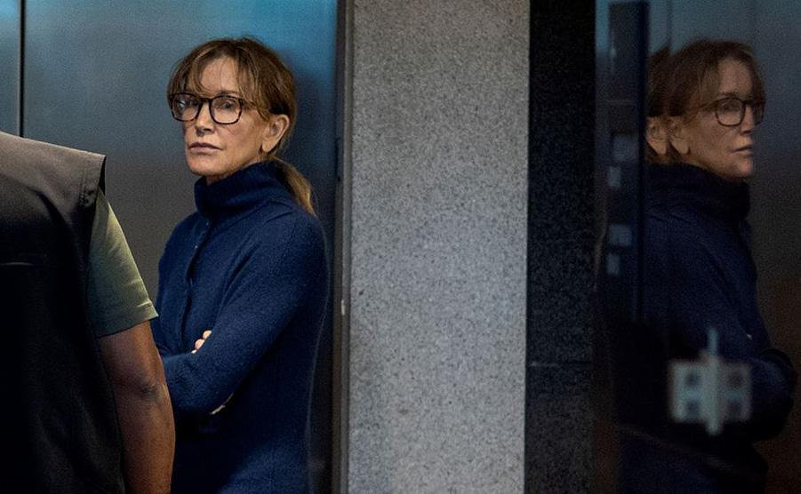 """A atriz Felicity Huffman da série """"Desperate Housewives é vista no edifício Edward R. Roybal , sede do Tribunal Federal dos EUA em Los Angeles, envolvida num esquema de fraudes para burlar as regras de admissão em universidades de elite."""