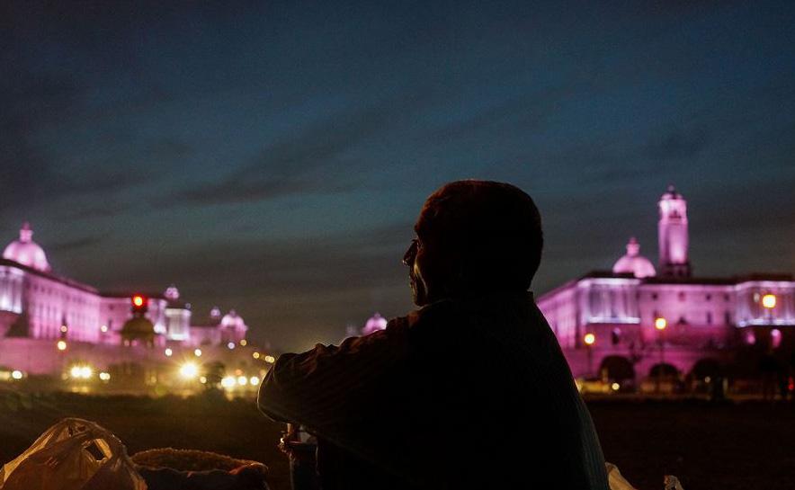 Vendedor de lanches em frente à casa do Presidente indiano 'Rashtrapati Bhavan' em Nova Deli.