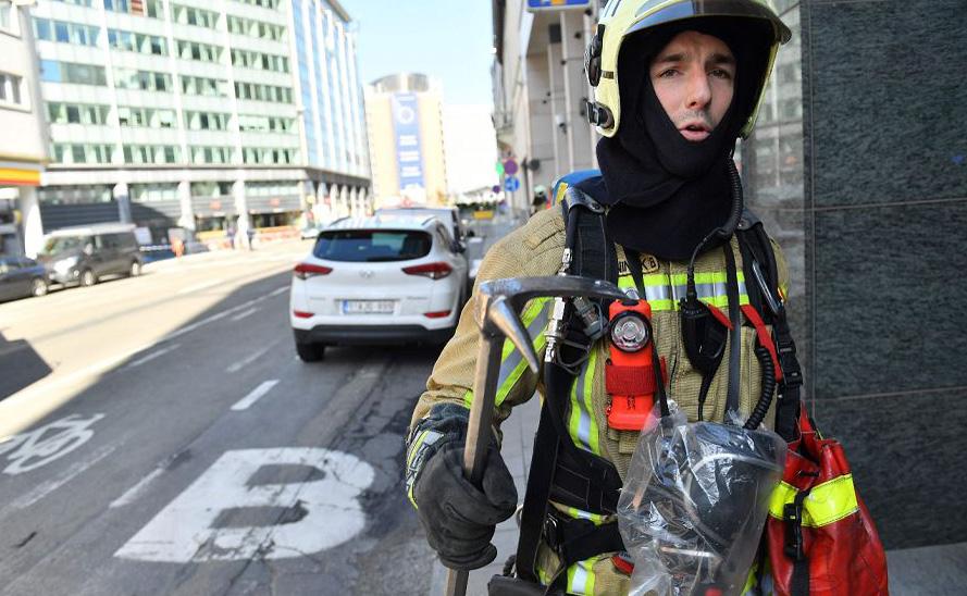 Seguranças vistoriam uma área das Instituições Européias em Bruxelas que sofreu uma ameaça de bomba.