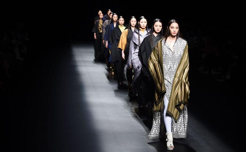 Desfile de moda do designer indonésio Eridani durante o  evento A Moda da Asia encontra Tóquio, parte da Semana de moda de Tóquio.