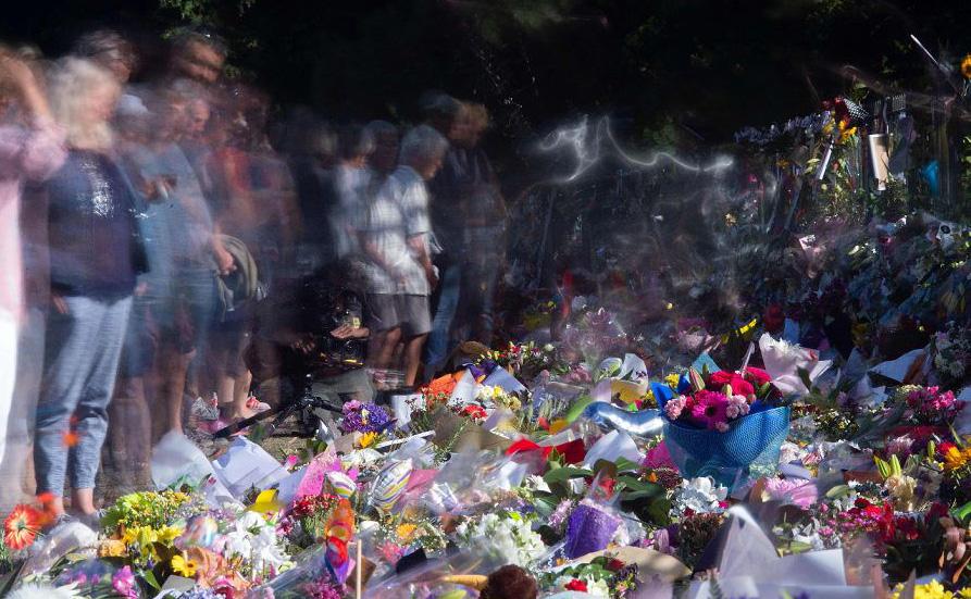 Flores para os mortos nas duas mesquitas em Christchurch, Nova Zelândia.