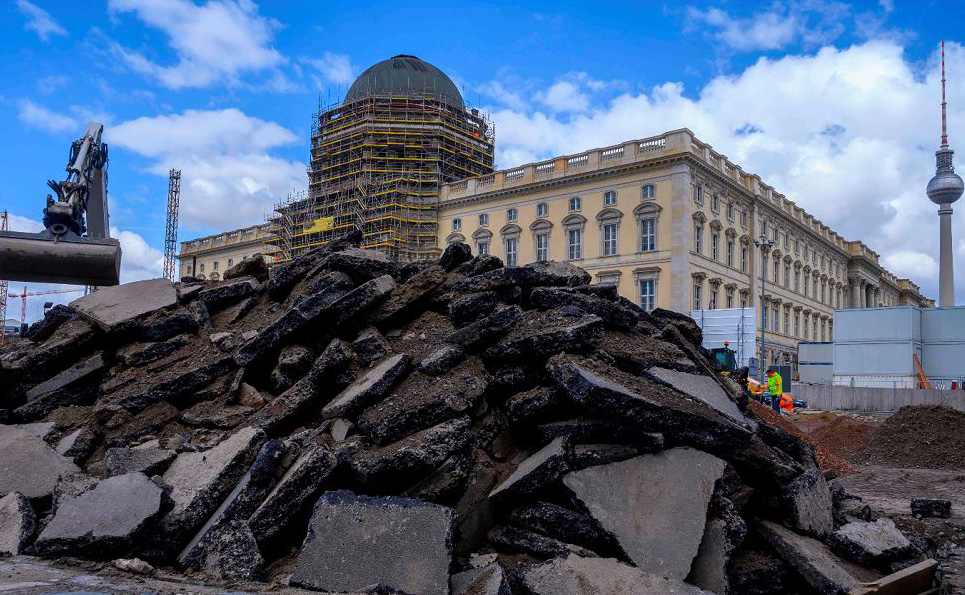 Obras em frente ao Palácio de Berlim que abrigará o fórum Humboldt. O projeto do Museu de grande escala e o novo edifício, em homenagem a Alexander von Humboldt, pretende ser um centro mundial da cultura e está prevista para ser concluído em 2019.