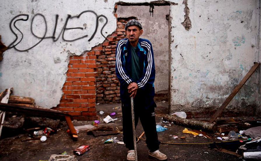 O cigano Ramis Kurta posa na Vila Plemetina, próximo a Pristina, no Dia Internacional da cultura cigana.