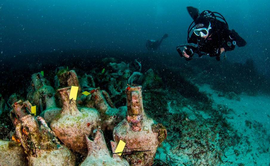 Mergulhadores exploram  as ruínas de um antigo naufrágio na Ilha de Alonissos,  no mar Egeu.O  Ministério da cultura da Grécia anunciou planos para abrir aos visitantes um pouco do vasto património de naufrágios antigos.