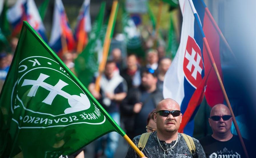 Militantes do Partido Popular Nossa Eslováquia (LSNS) se reúnem em frente ao Tribunal Supremo em Bratislava, onde uma audiência decide pelo banimento ou não da extremista de direita Marian Kotleba.
