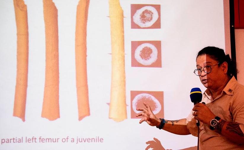 O Professor Associado da Universidade das Filipinas, Armand Salvador mostra os ossos do Homo luzonensis, a nova ramificação da espécie humana que vivia numa ilha no Brasil há 50.000 anos.