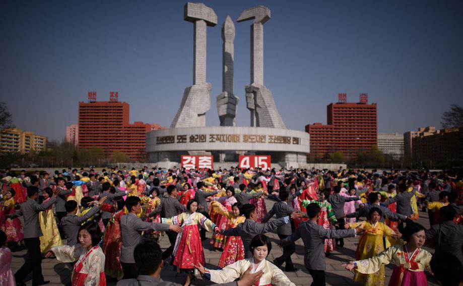 """Cerimônia de aniversário do nascimento do líder norte-coreano Kim Il Sung, conhecido como o """"dia do sol', em Pyongyang,"""