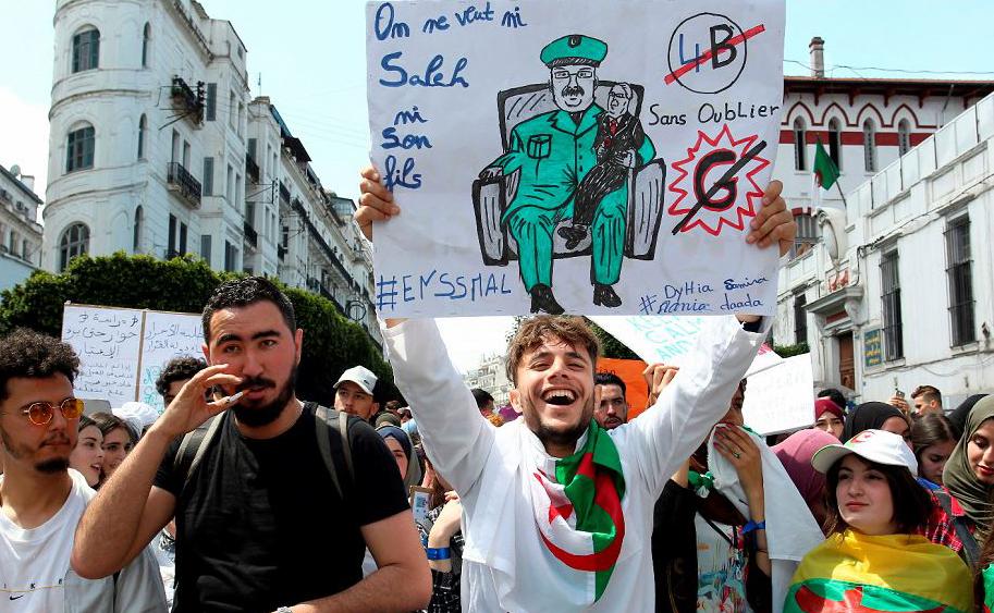 Estudantes da Argélia participam de uma manifestação na capital, Algiers. Pela mudança de governo.