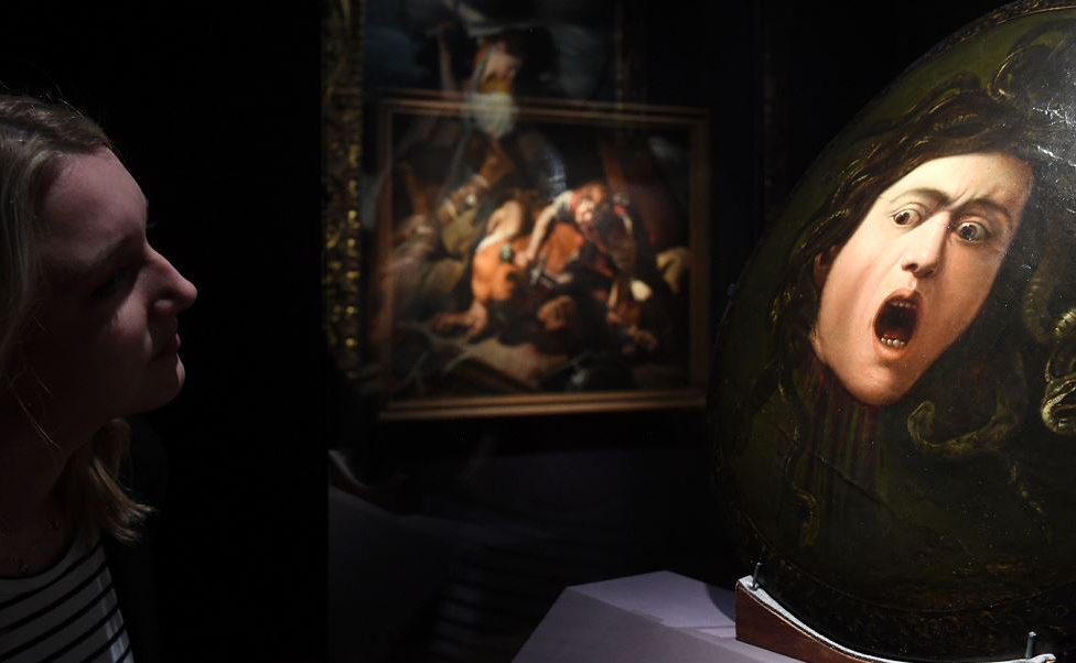 """Uma mulher olha para a obra de arte """"Medusa"""" de Michelangelo Merisi, conhecido como Caravaggio, que será exposta na mostra """"Utrecht, Caravaggio e Europa"""" no Museu Alte Pinakothek, em Munique, sul da Alemanha."""