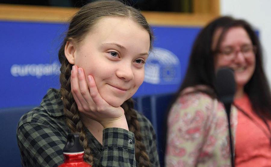 A ativista sueca Greta Thunberg (E) fala sobre a mudança climática durante uma sessão no Parlamento Europeu em Estrasburgo, leste da França.